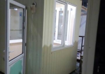 Пост охраны, дверь с окном