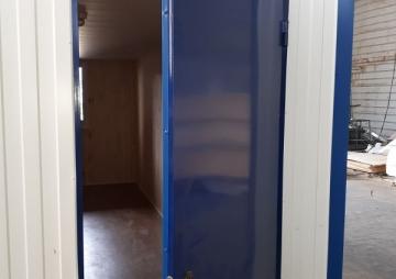 Открытая дверь бытовки