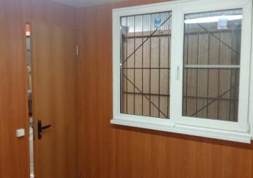 Окно с решетной