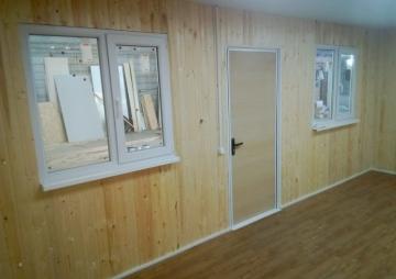 2 окна и дверь в простой бытовке
