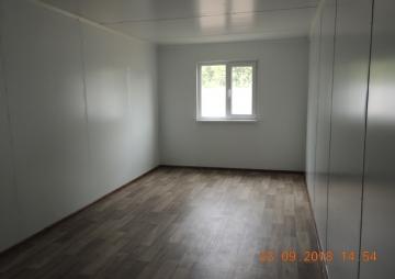 Комната и одно окно в модульном здании