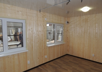 2 окна в комнате для гостей