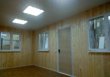 3 окна и дверь в простой бытовке