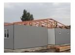 Процесс укладывания крыши модульного здания